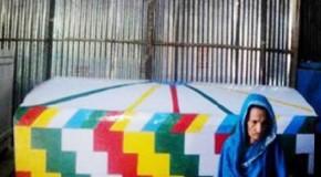 একটানা ১৭ বছর ধরে মৃত্যুর আগেই কবরে বসবাস করছেন জীবন্ত এই বৃদ্ধা, এলাকায় তোলপাড়